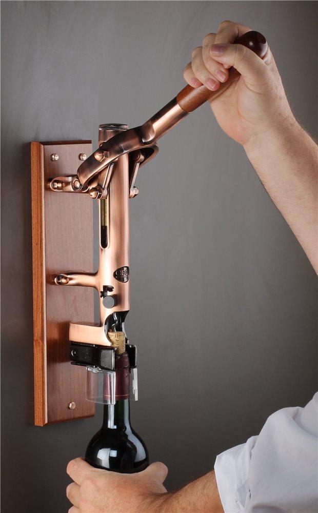 tire bouchon mural cuivre vieilli avec support en bois tom press. Black Bedroom Furniture Sets. Home Design Ideas